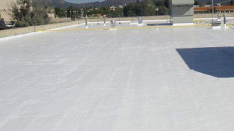 Couvreur installant membrane de toiture plate
