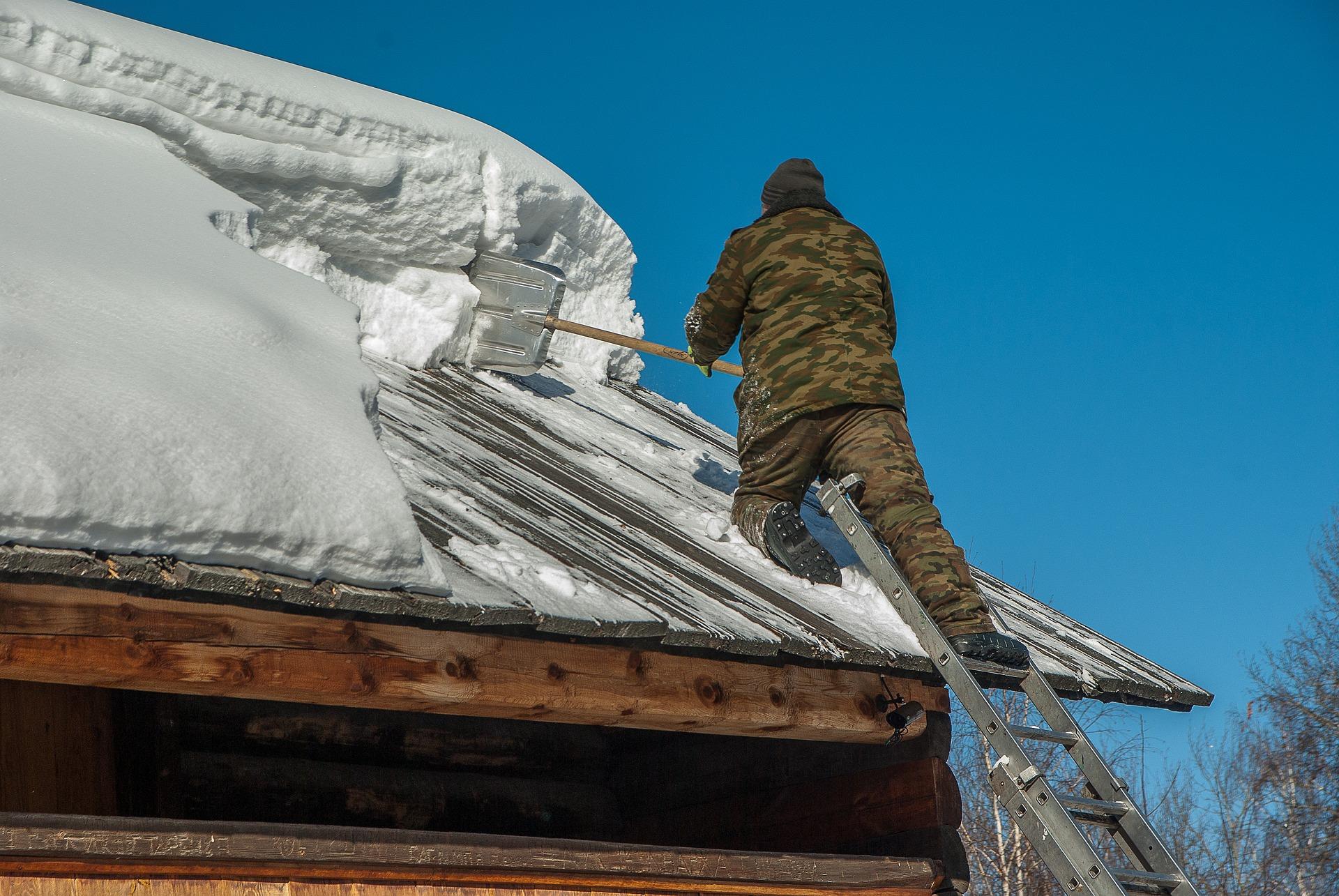 Déneiger le toit de la maison